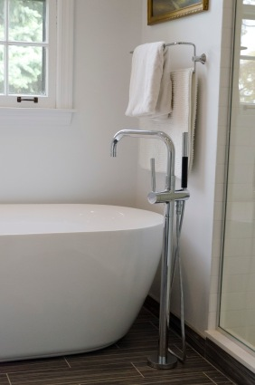 Free-standing tub and floor-mounted filler